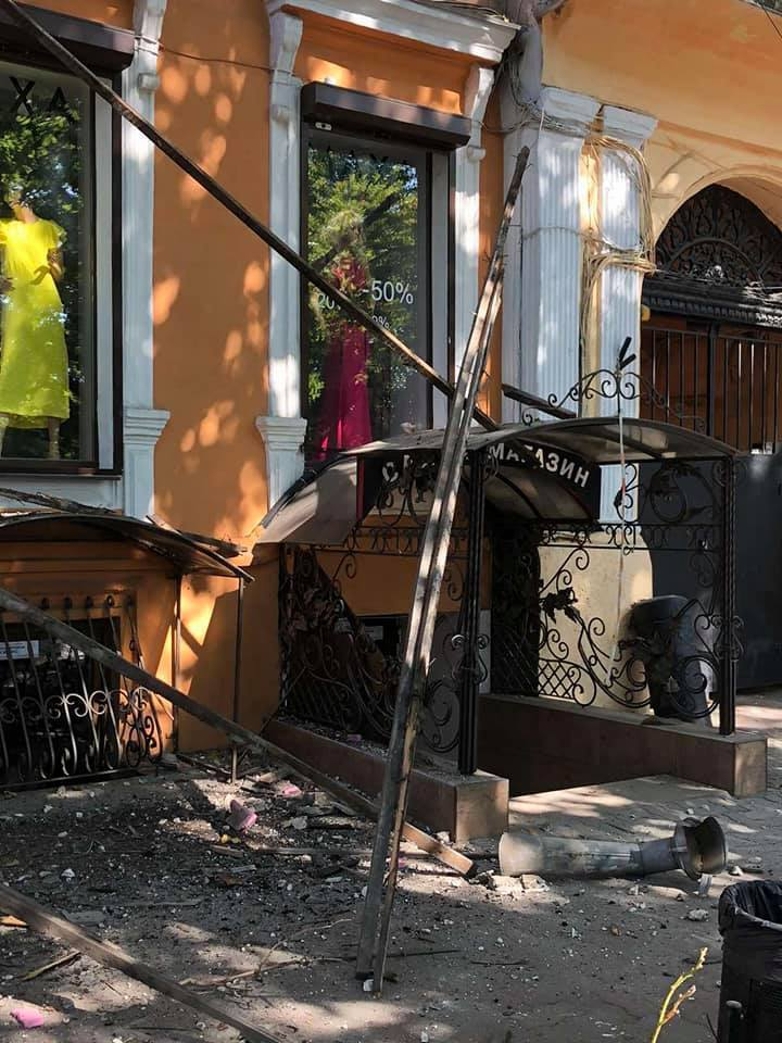 Фасад, що звалився, пошкодив електропроводи