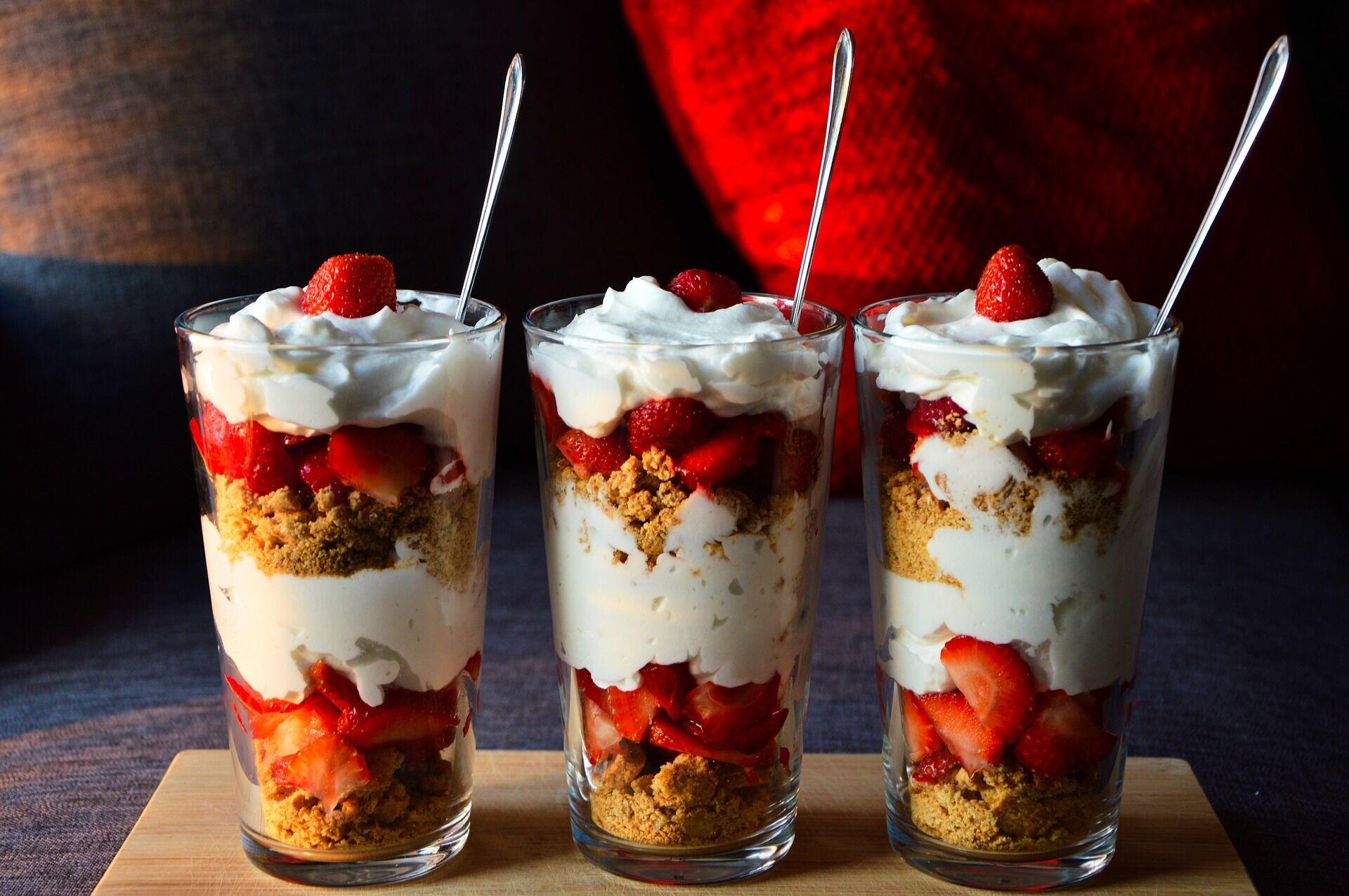 Английский десерт с бисквитом и ягодами