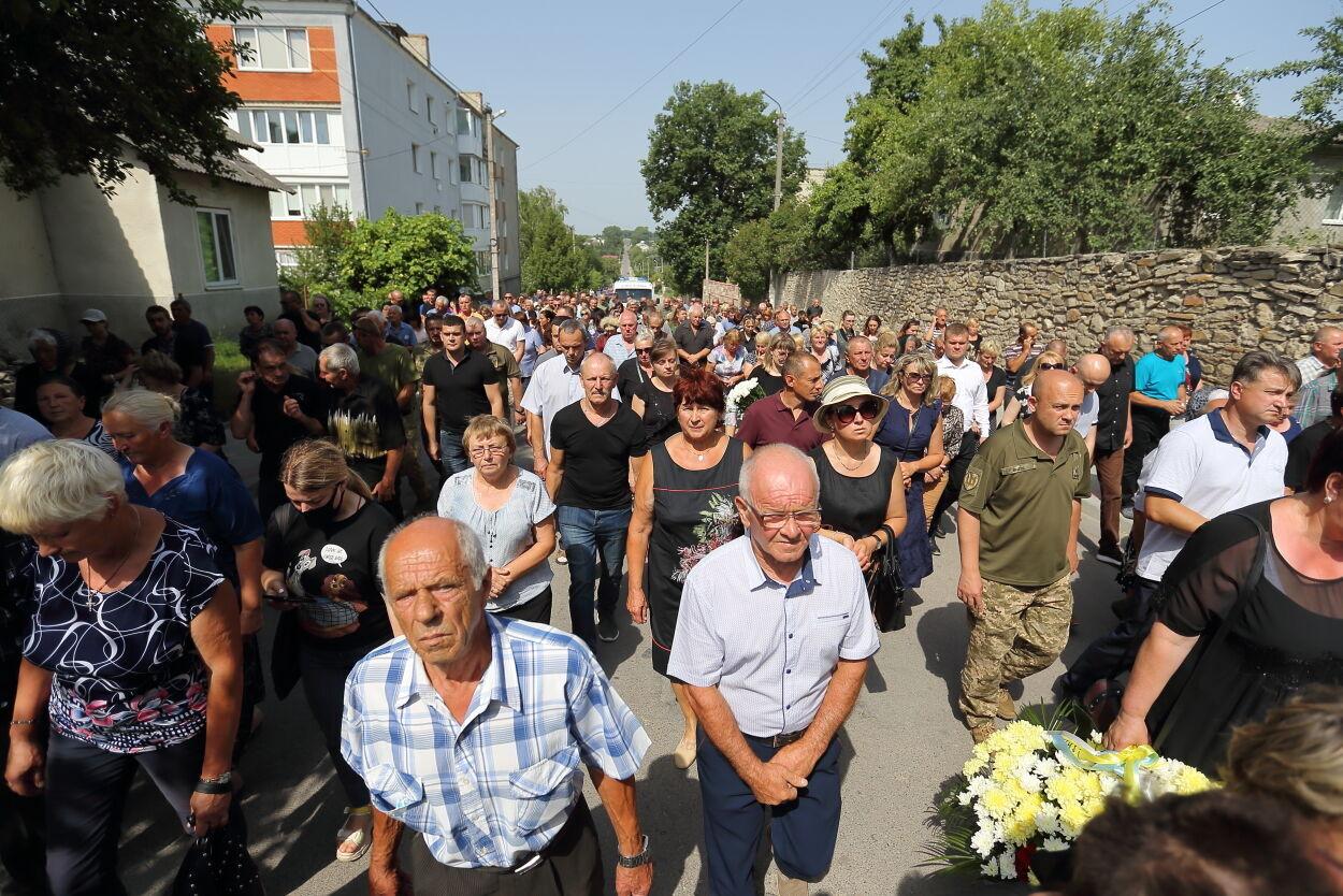 Попрощаться с Яскивым пришли сотни человек.