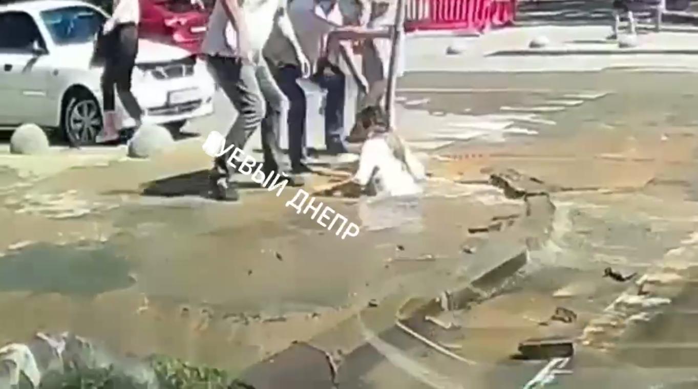 Пешеход по шею провалилась в яму