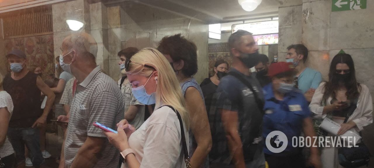 """Пассажиров попросили покинуть вагоны поездов на станции метро """"Крещатик"""""""