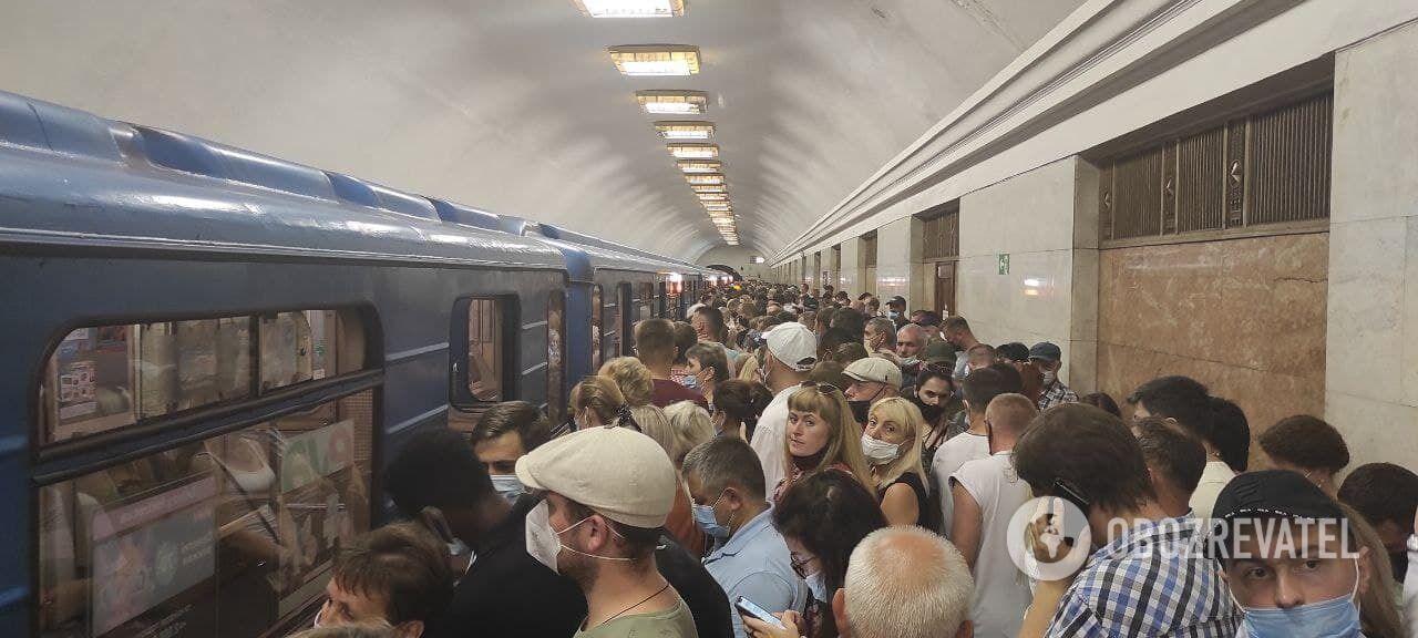 """Пассажиры толпятся возле поезда на станции """"Крещатик"""""""