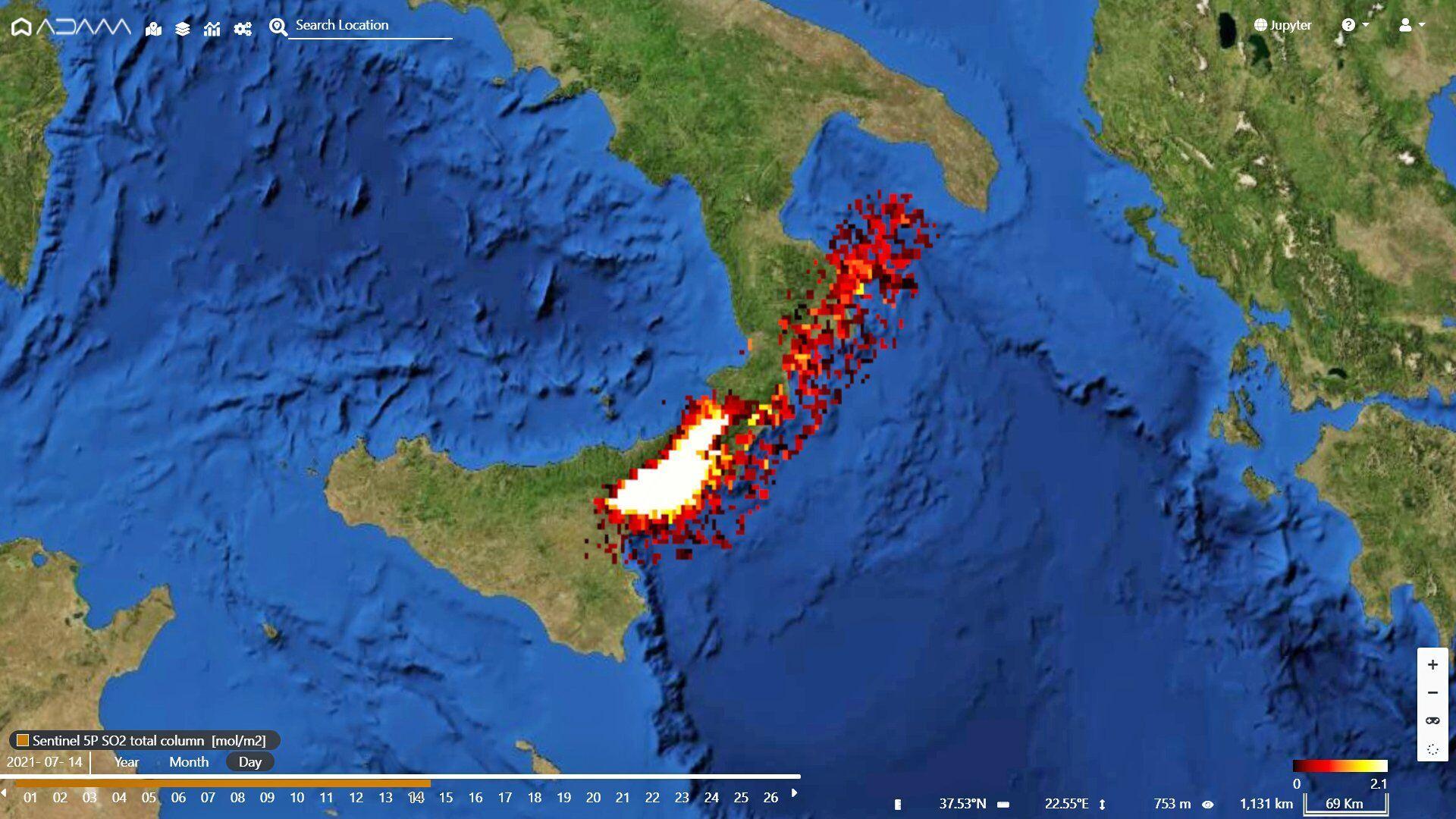 Вулкан розташований у Сицилії.