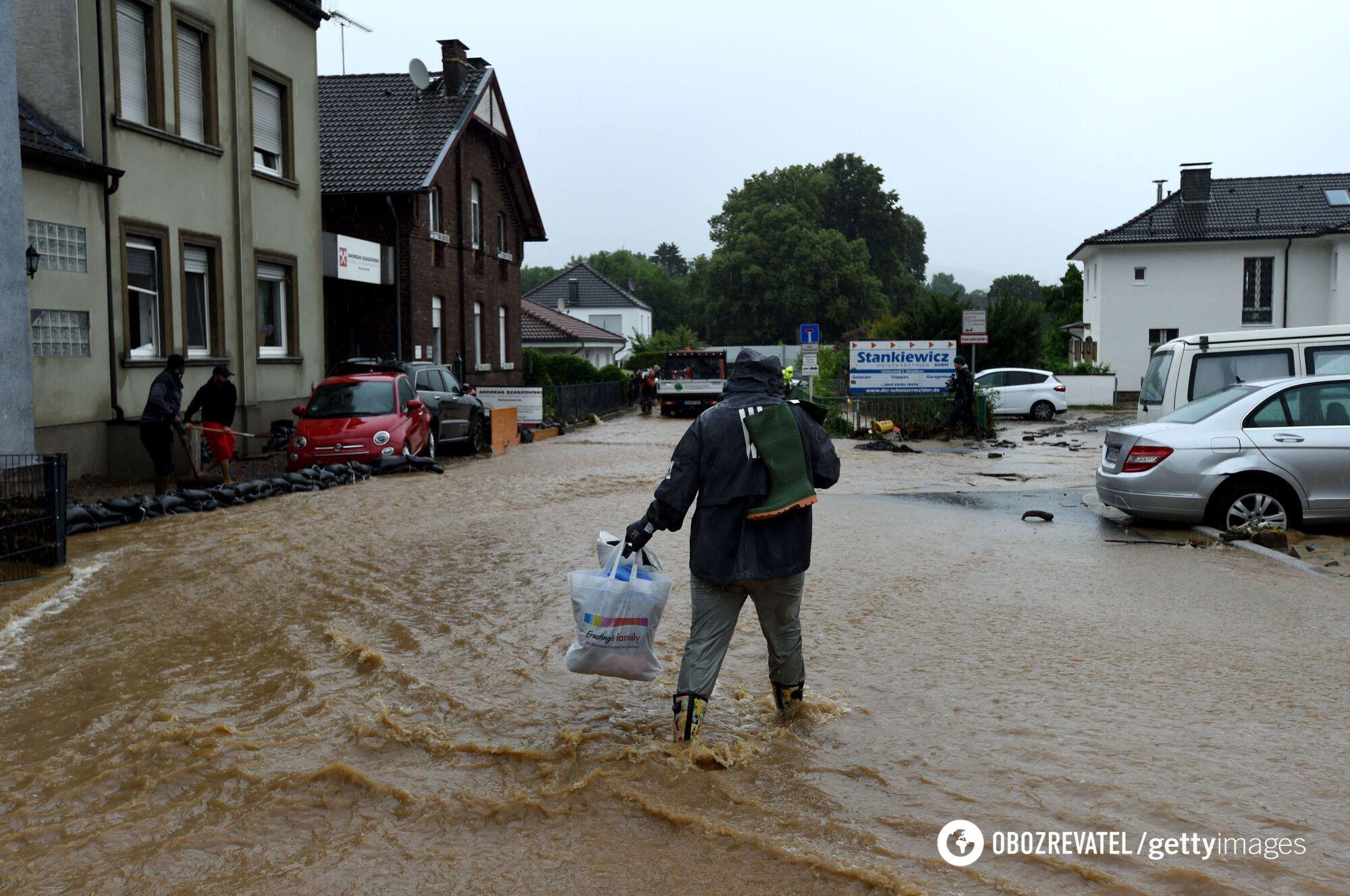 Люди рятуються від повені