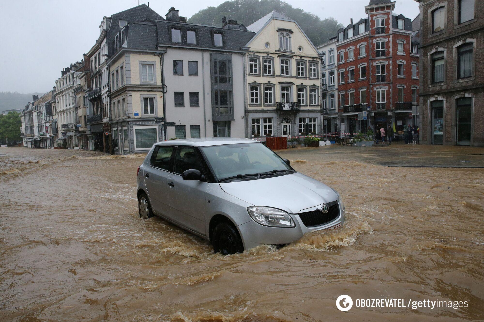 Машины на улице оказались в водной ловушке
