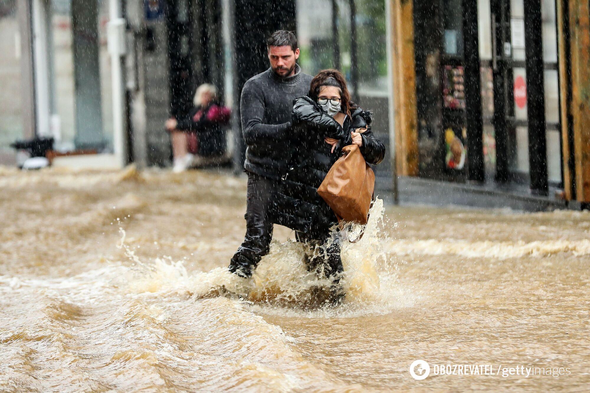 Люди спасаются от воды
