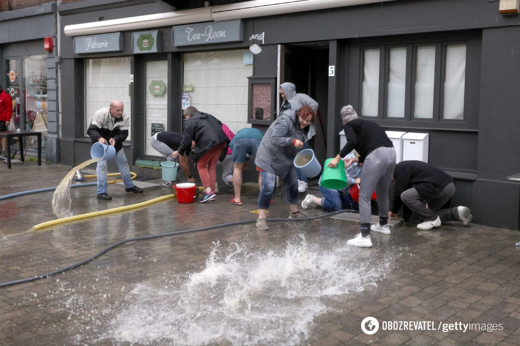 Люди спасаются от потопа