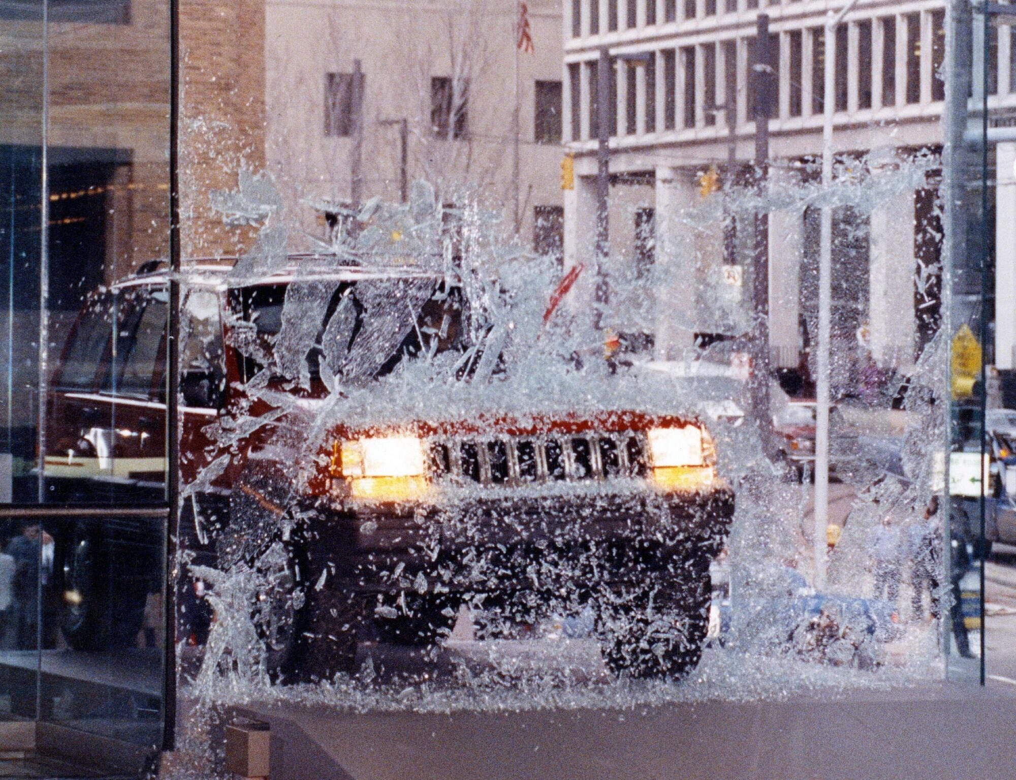 7 января 1992 года на автошоу в Детройте президент Chrysler Боб Лутц въехал в здание выставочного центра через стеклянную дверь