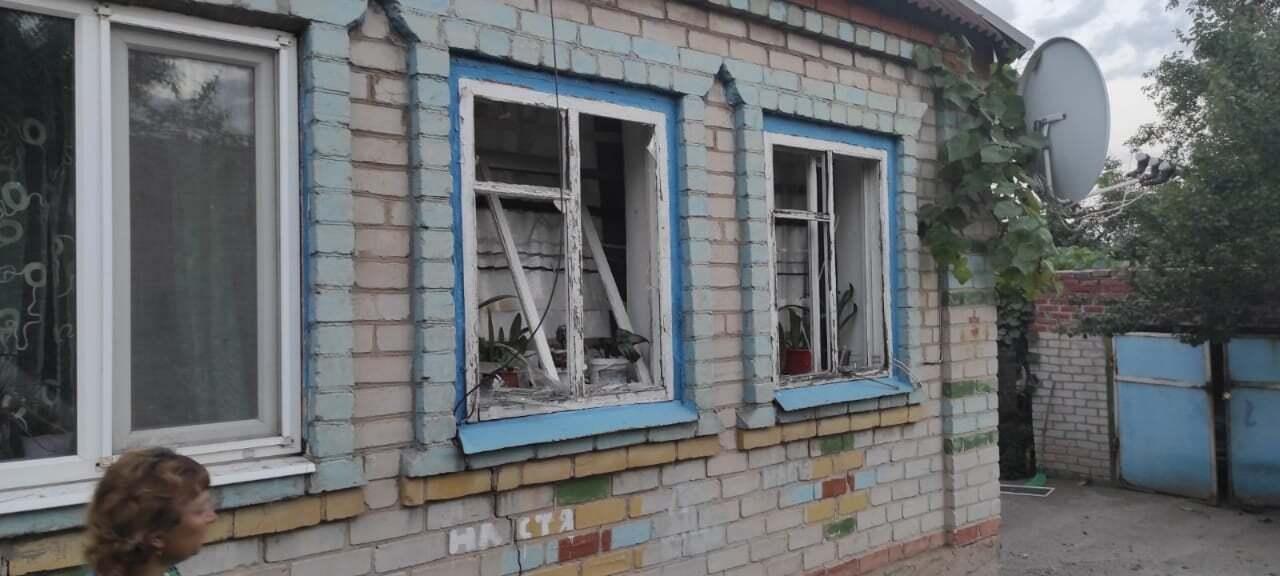 Из-за обстрела оккупантов поврежден дом.