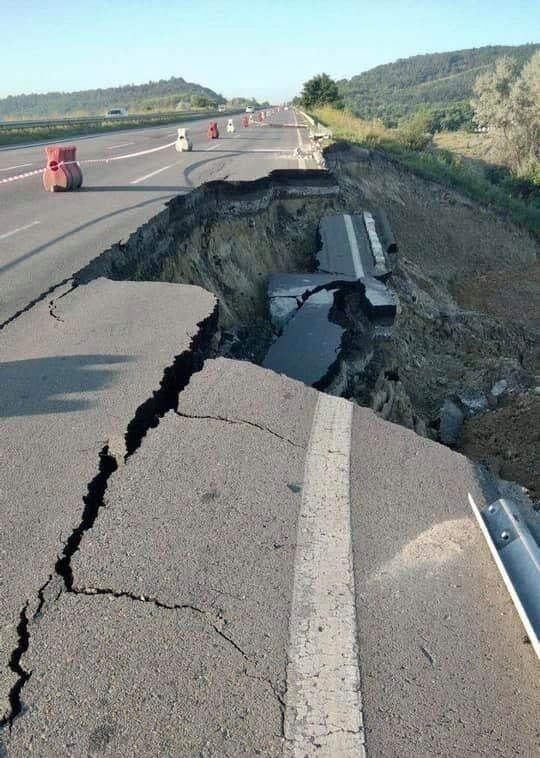 В Одеській області обвал зруйнував частину траси.