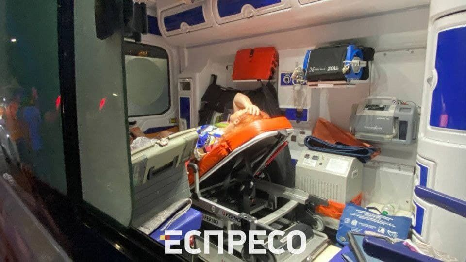 Травми отримали водійка мікроавтобуса та журналістка.