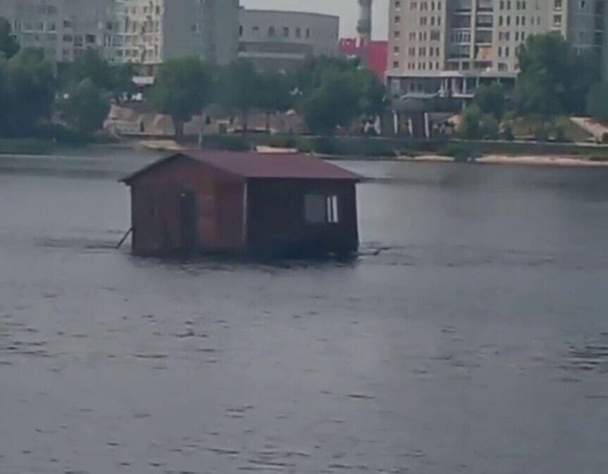 Будинок помітили недалеко від моста Патона.