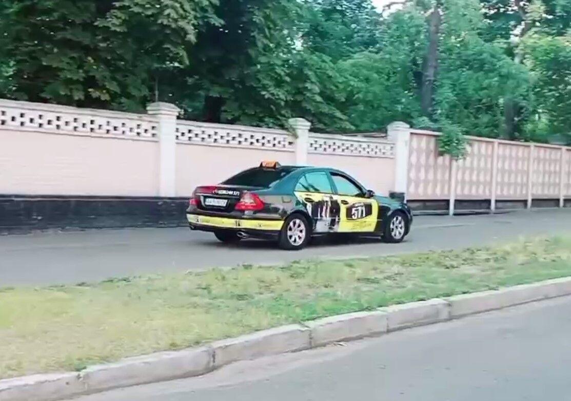 Таксист объехал пробку по тротуару