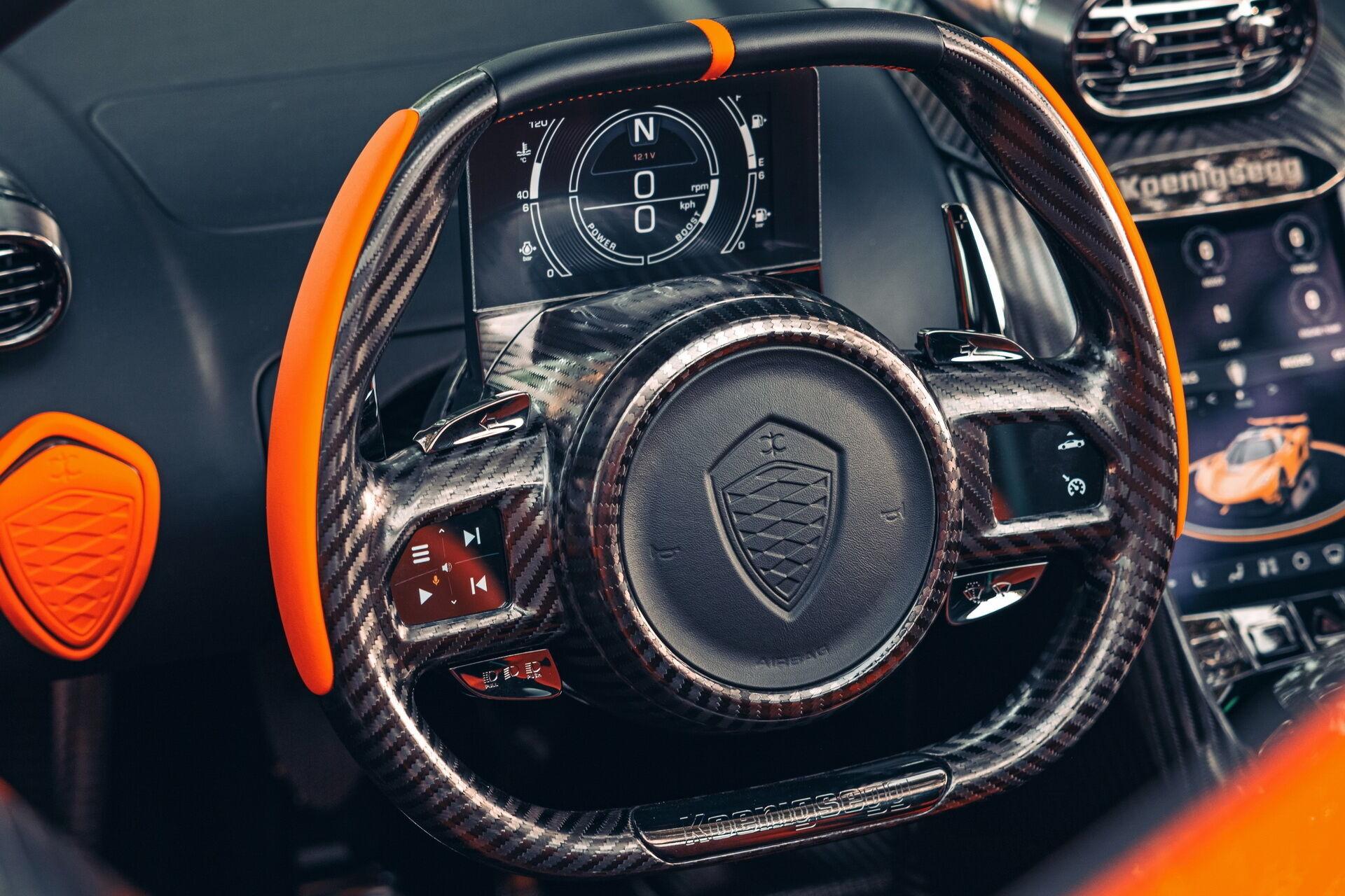 Полностью цифровой кокпит включает два экрана SmartCluster и SmartCenter, а на рулевом колесе из карбона появились сенсорные кнопки