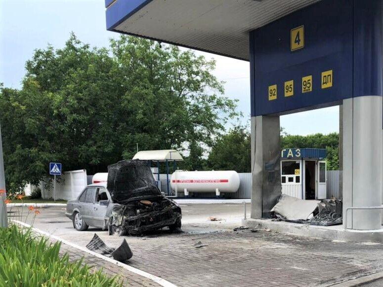Водитель сбил женщину и протаранил колонку АЗС.