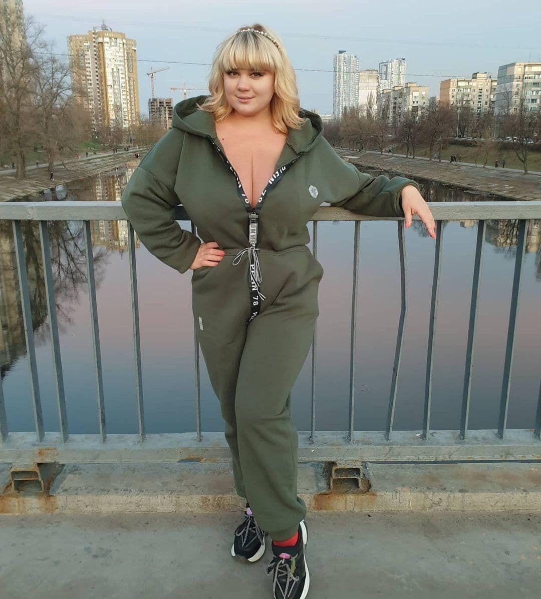 Міла Кузнєцова в спортивному костюмі.
