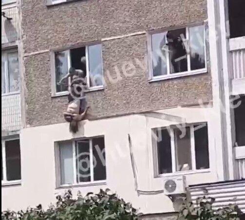Патрульні змогли затягнути жінку назад в квартиру.