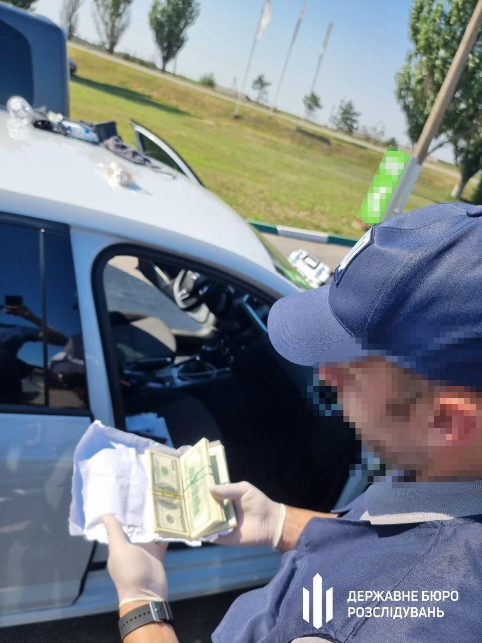 Прокурора задержали при получении 25 тысяч долларов.