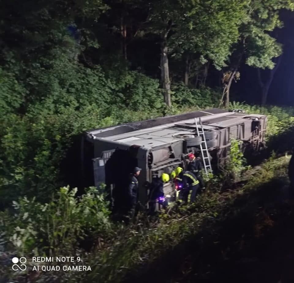 Спасатели достали из автобуса 10 пассажиров