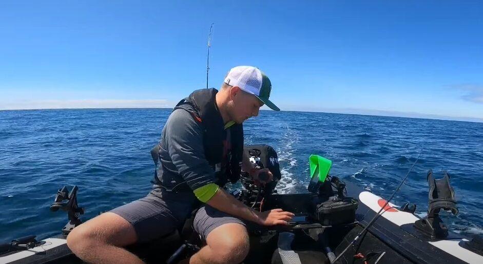 Рибалка був на маленькому човні.