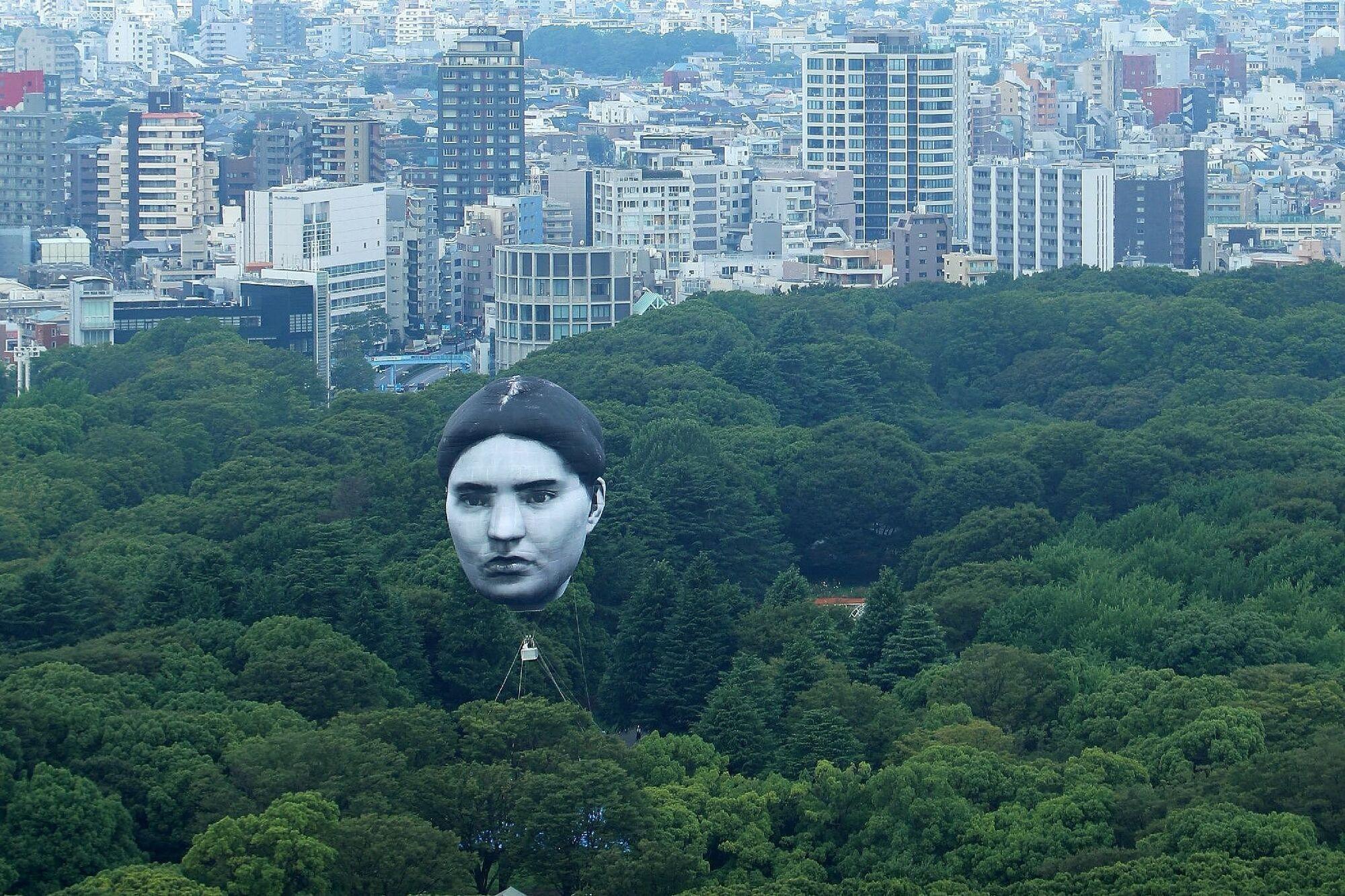 Величезна повітряна куля в Токіо