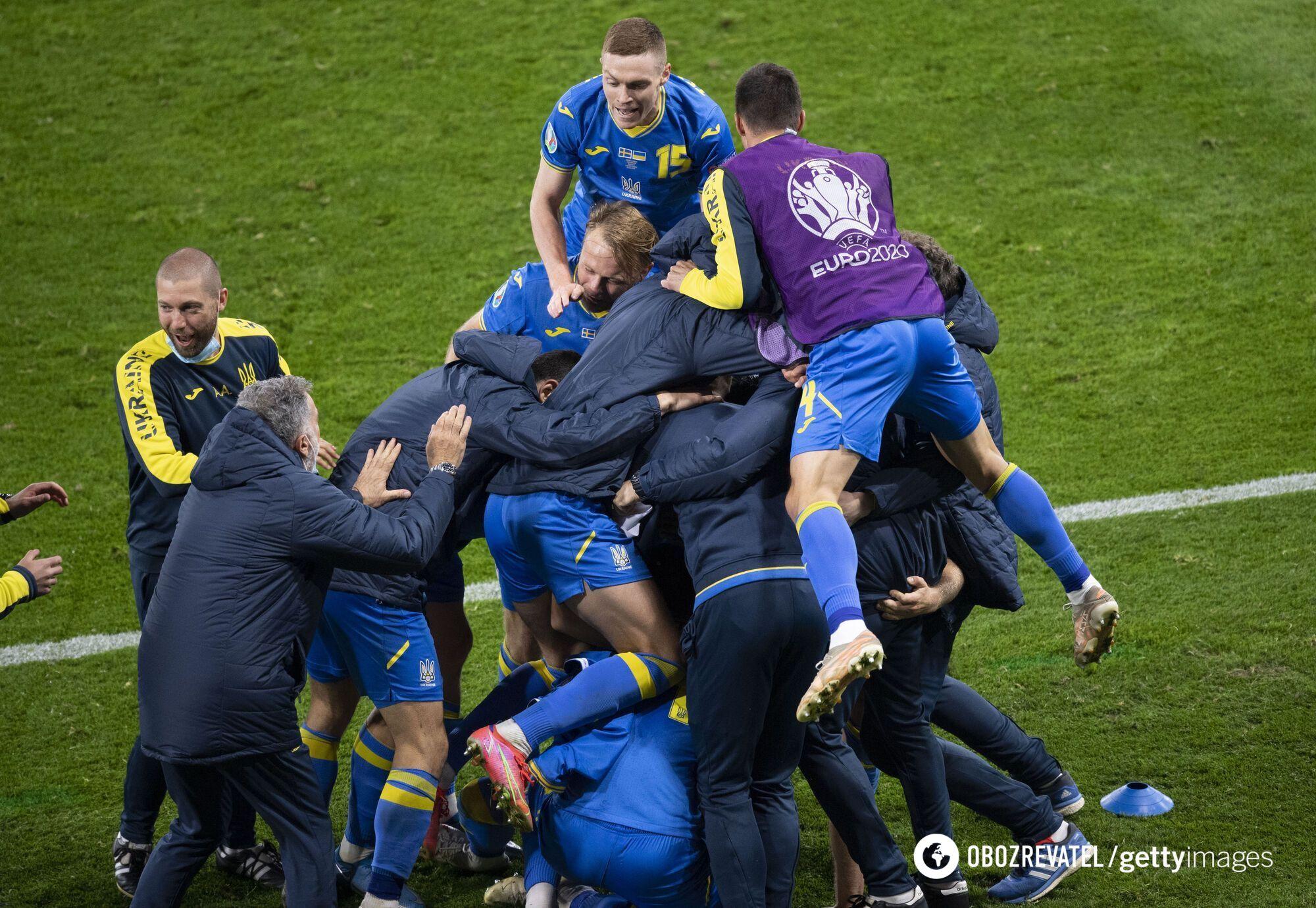 Игроки сборной Украины празднуют победу