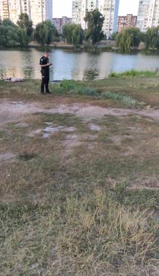 Мужчина запутался в водорослях.