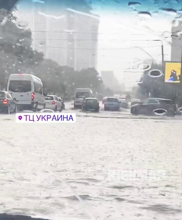 Ливни затопили центральные улицы.
