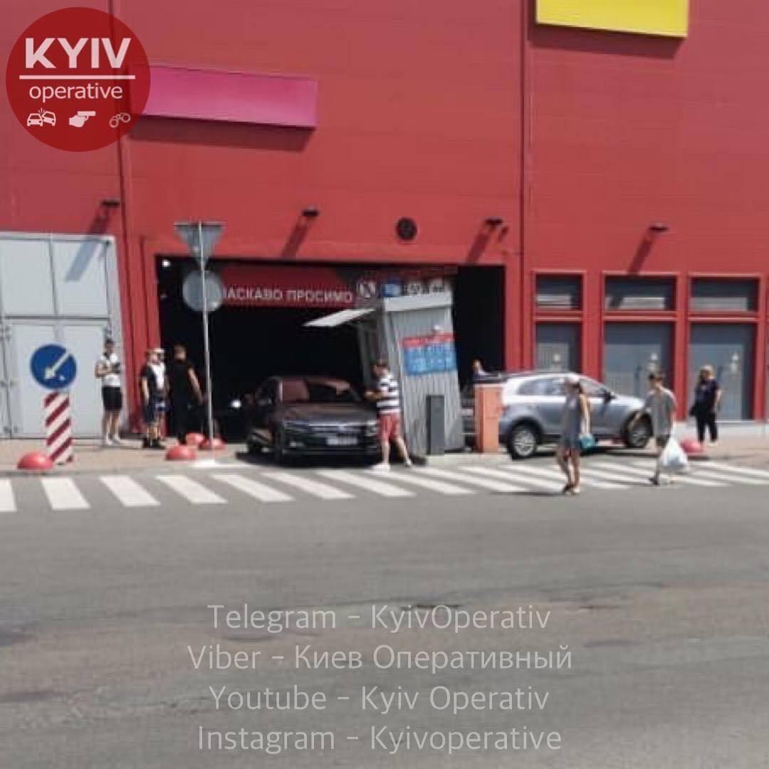"""Женщина въехала в здание торгового центра """"Район"""""""