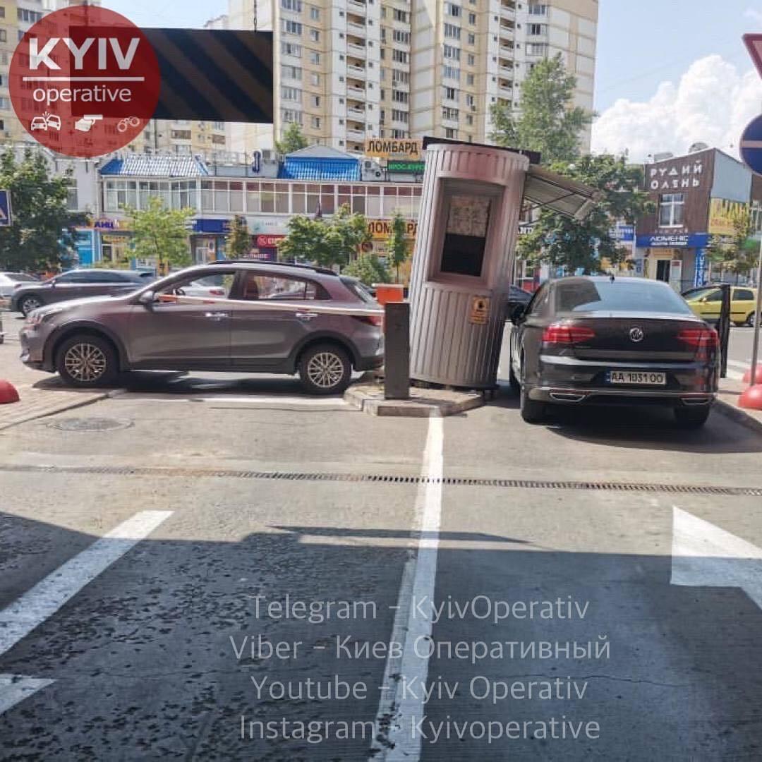 Женщина за рулем протаранила будку парковщика