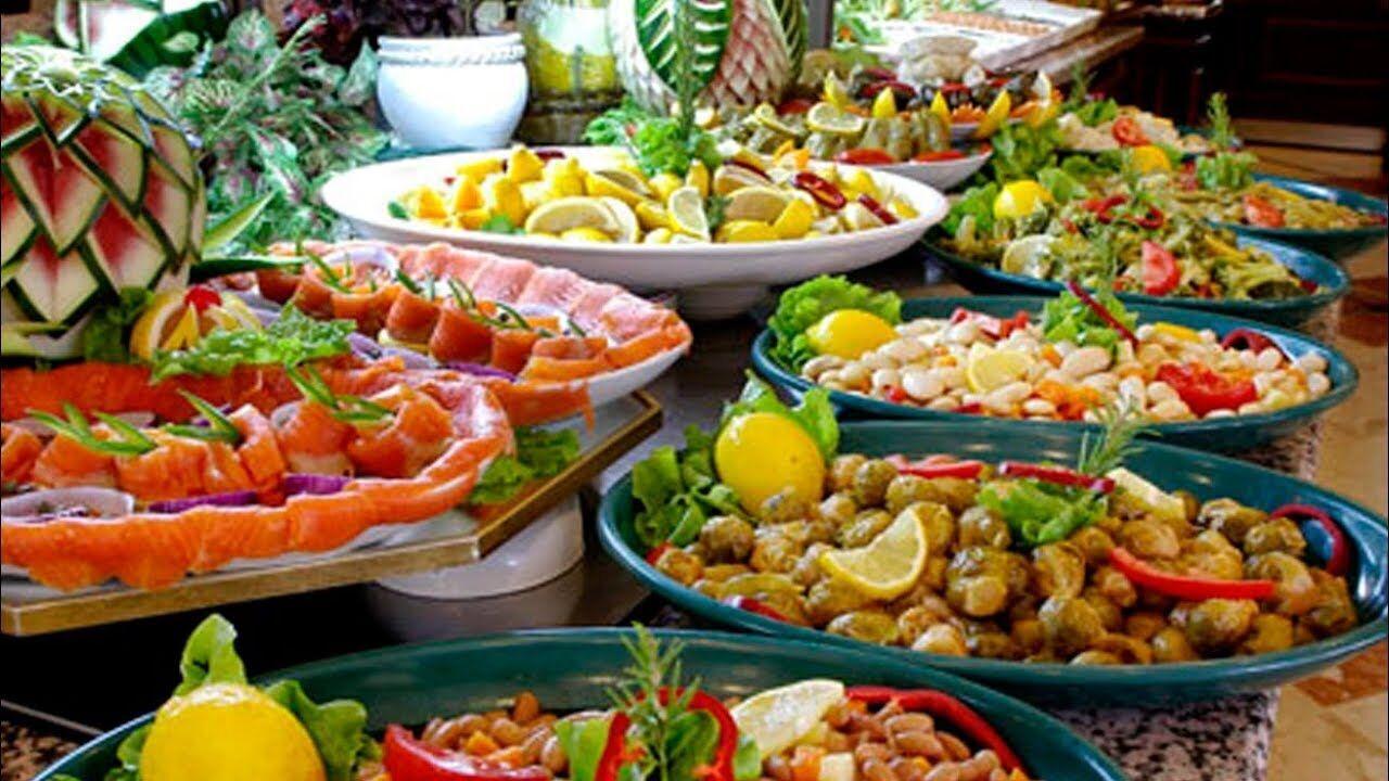Морепродукты нередко консервированные, но их красиво выложат