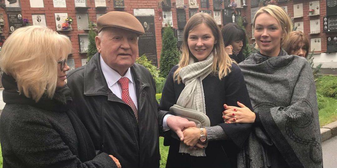 Михайло Горбачов з дочкою і онуками. Ксенія – крайня праворуч, поруч з нею молодша онука Анастасія
