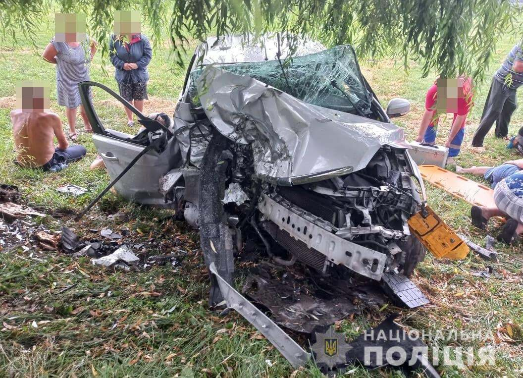Автомобиль съехал с дороги и ударился в дерево