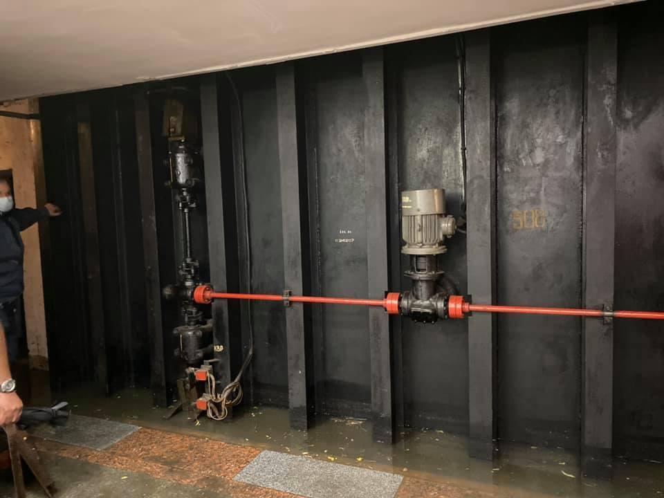 У переході до станції зачинено гермозатвор для уникнення потрапляння води на колії.