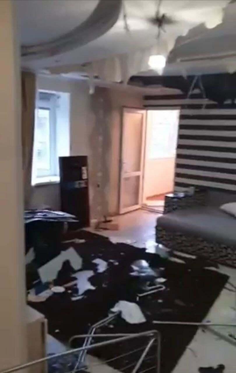 Злоумышленники сорвали обои и порезали натяжной потолок