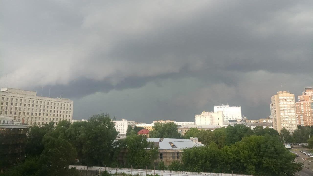 В столице фиксируют подтопления и сильный ветер.