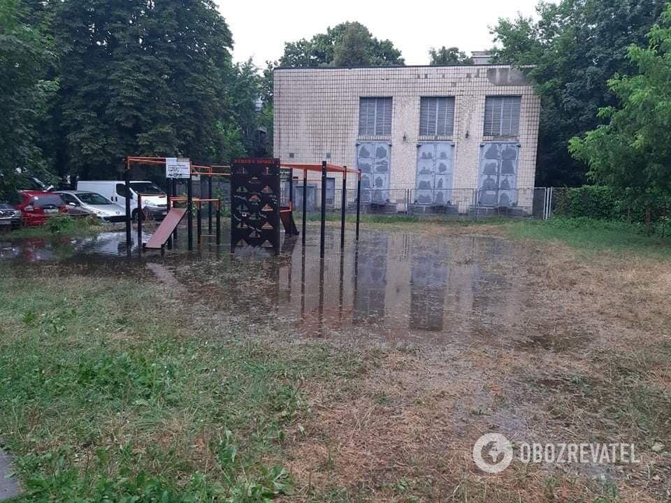 Затопленная спортивная площадка.