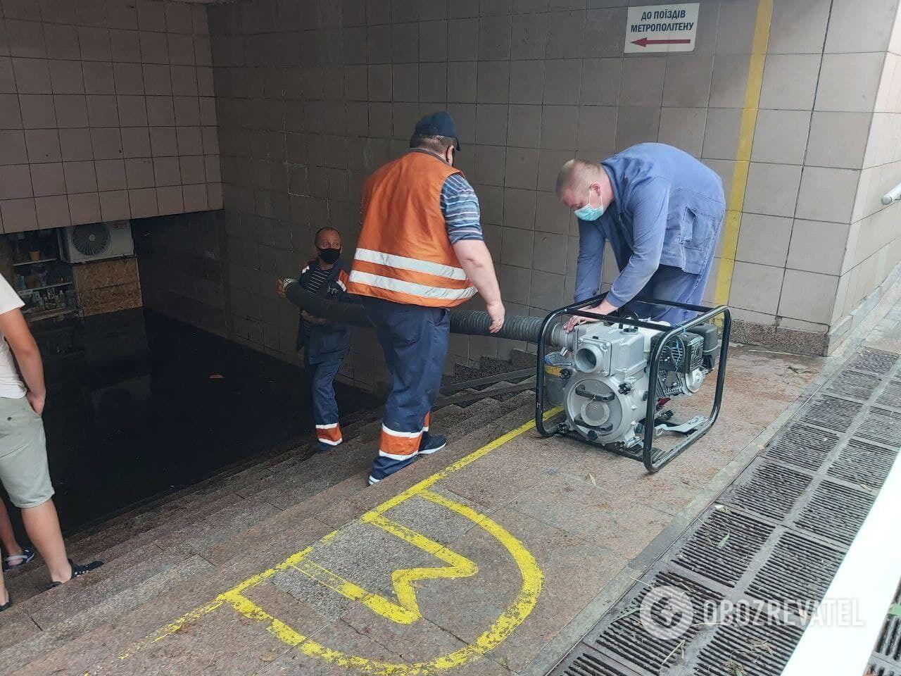 Коммунальщики начали откачку воды из подземного перехода.