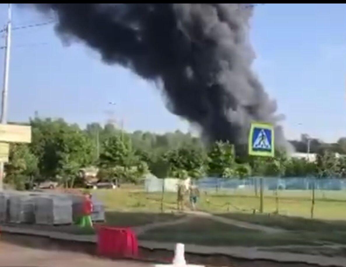 Дым от пожара виден на сотни метров.