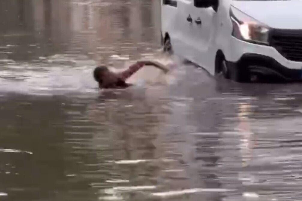 Молода людина просто плавала вулицею.