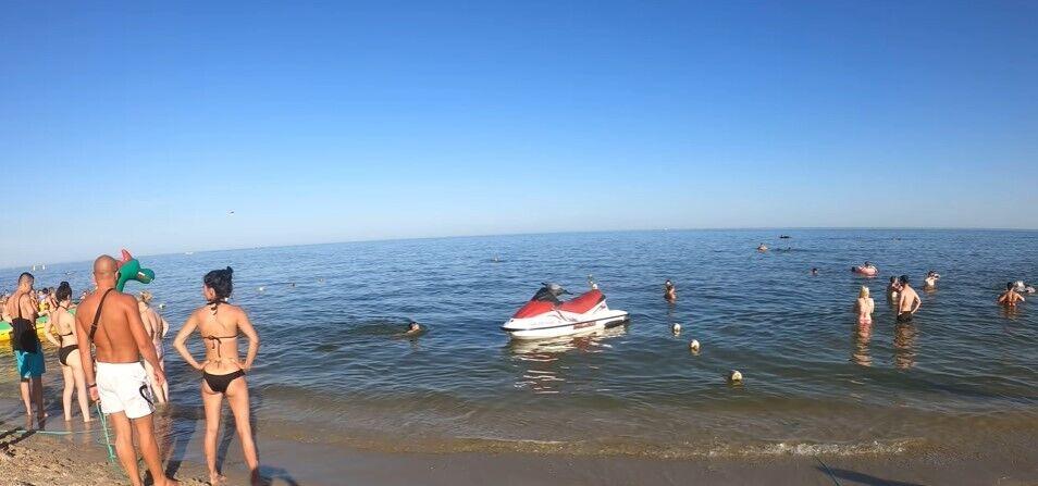 На пляже много туристов.