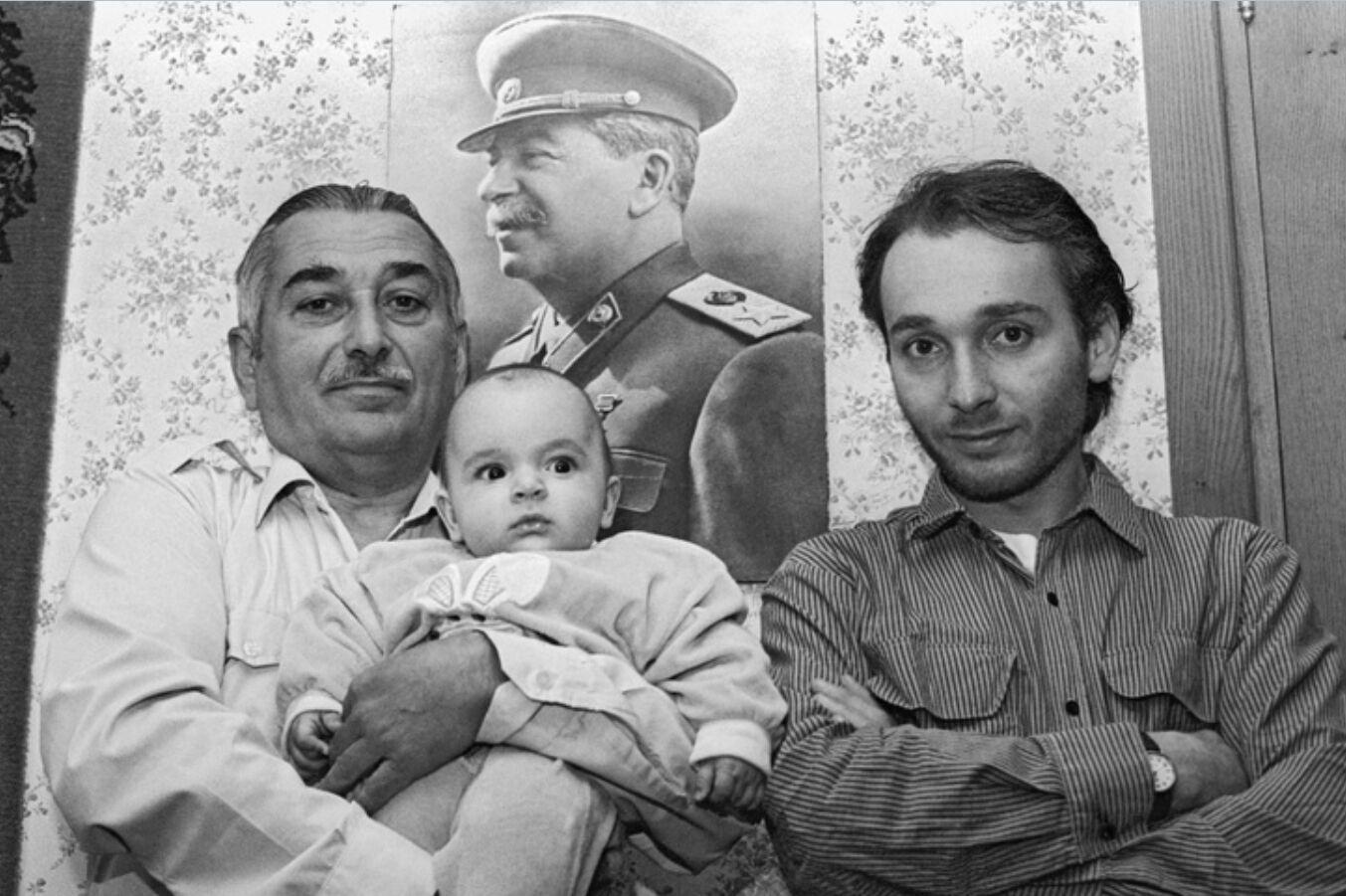 Зліва – онук Євген Джугашвілі, праворуч – праонук Віссаріон Євгенович і на руках – прапраонук Йосип Віссаріонович.