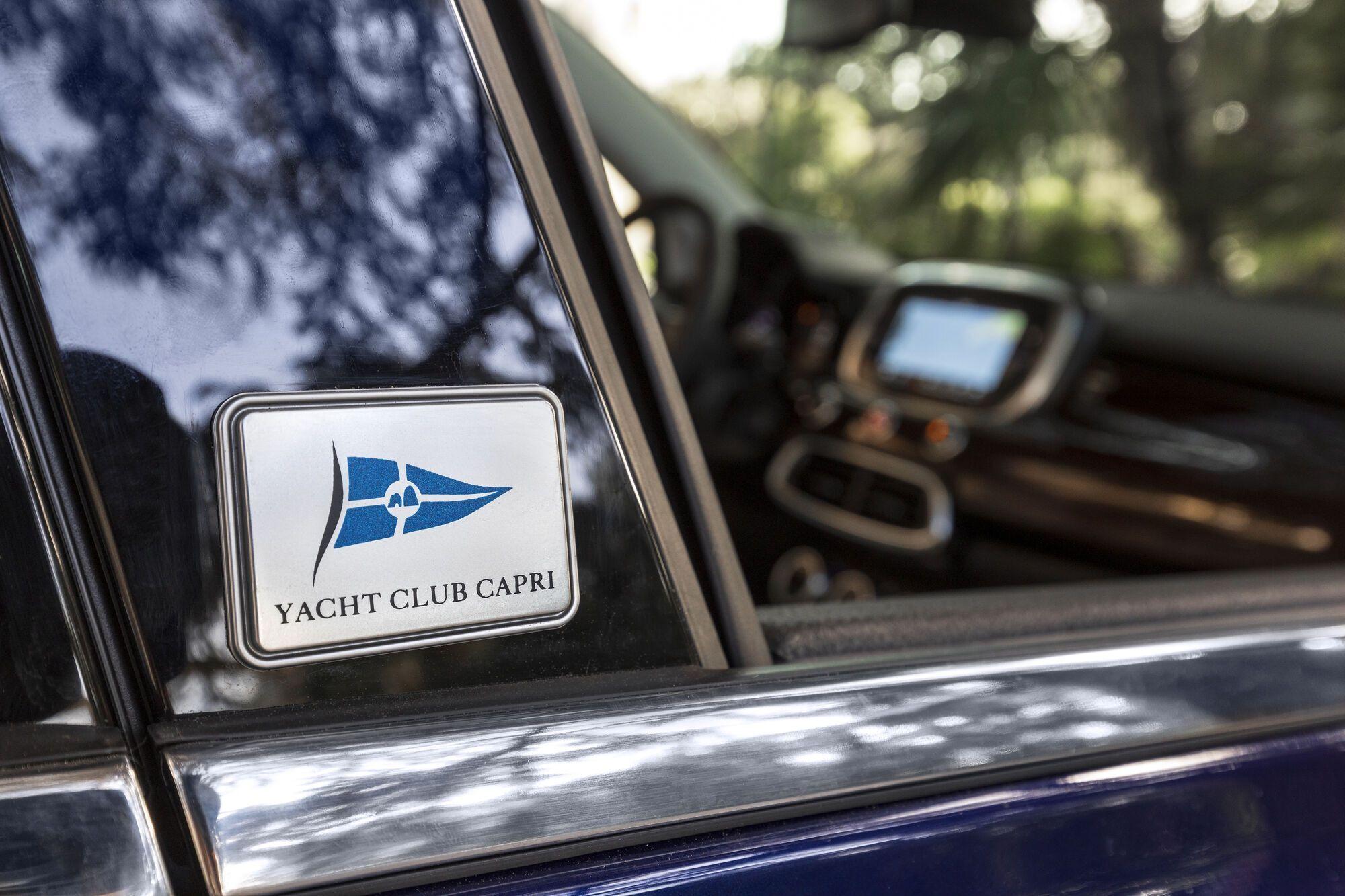 """Центральные стойки и двери багажника украсили эмблемами яхт-клуба """"Капри"""""""