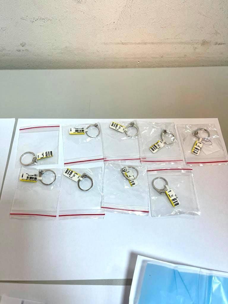 В особистих речах українця знайшли каблучки з білого золота.