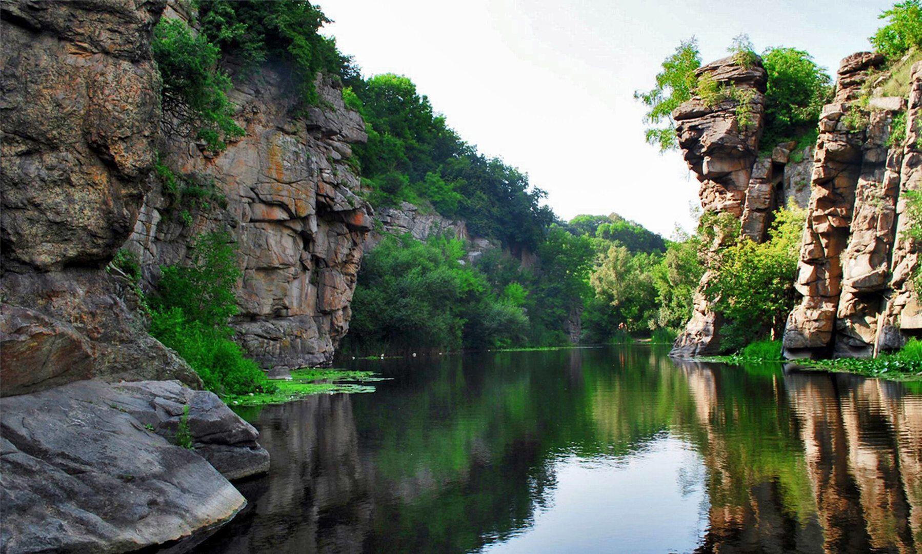 Этот живописный гранитный каньон в Украине называют Маленькой Швейцарией за его красоту