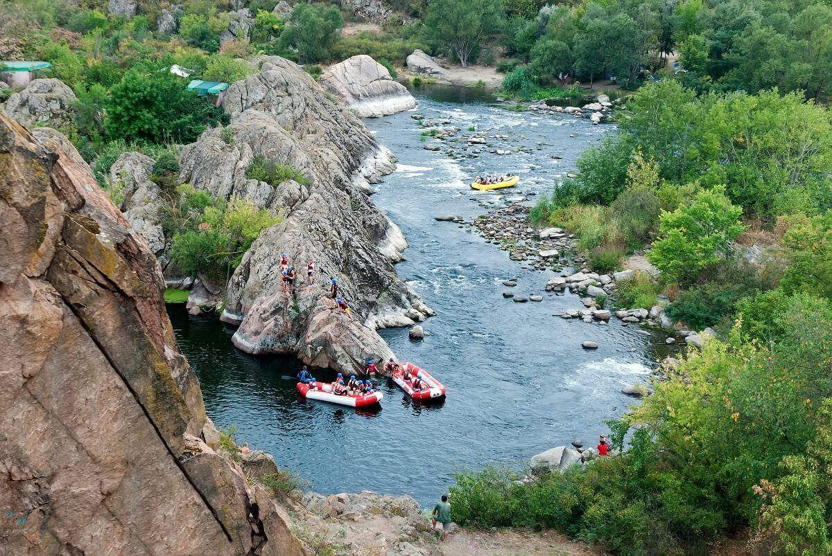Между высоких скал (их высота достигает 30 метров) протекает река Горный Тикич