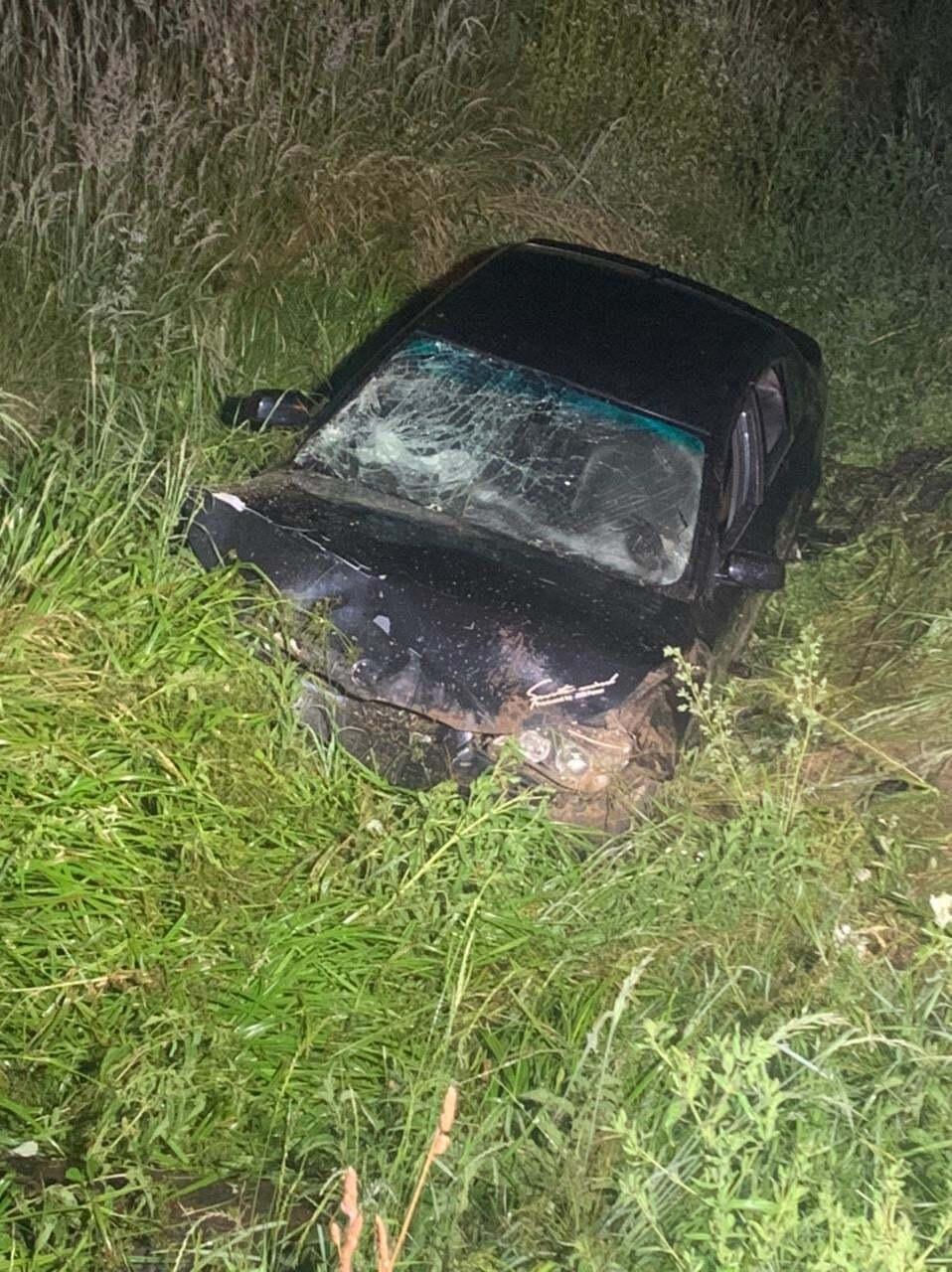 Авто съехало с дороги и оказалось в кювете.