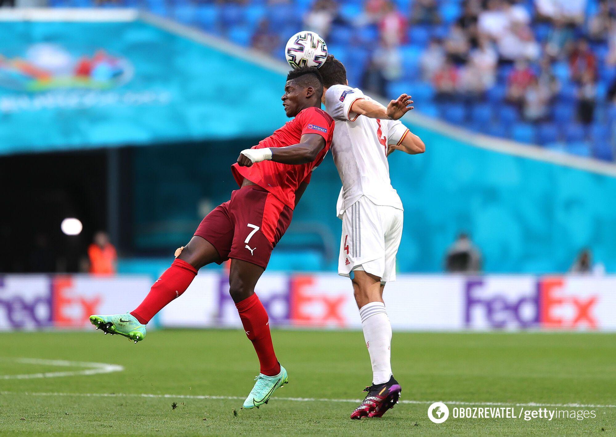 Боротьба за м'яч швейцарців та іспанців.