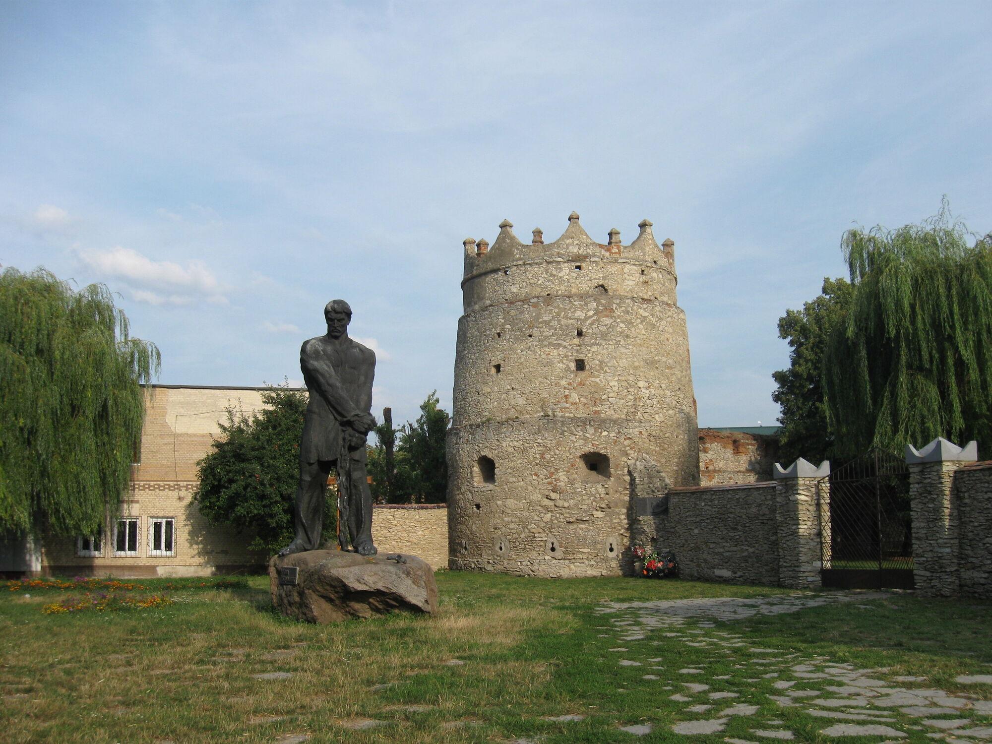Летичевская башня с пятиметровой статуей повстанца Устима Кармелюка