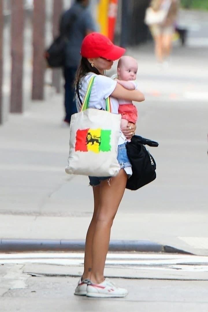 Модель на прогулянці разом з сином Сильвестром